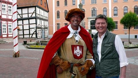 Dieter Voss (rechts) mit Dr. Claus Schubert als Hauptmann der Stadtwache Hofgeismars.