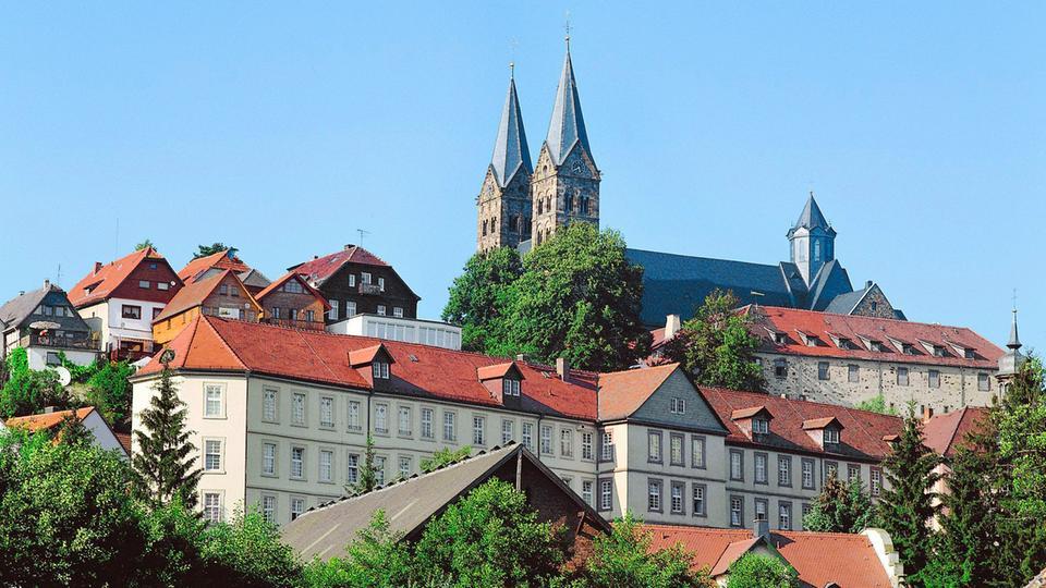 Blick auf den Dom von Fritzlar; im Vordergrund das Fritzlarer Kloster.