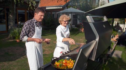 "Moderator Dieter Voss mit Hannelore Mayer-Stahl, Betreiberin des Hotels ""Zum Rosenhof"" im Felsberger Stadtteil Hesserode."