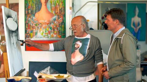 """Dieter Voss (rechts) mit dem Künstler Dimitri Vojnov in dessen Atelier auf dem """"Zauberberg"""". Vojnov ist der bekannteste Maler, der hier lebt und arbeitet."""