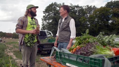 """Moderator Dieter Voss (rechts) mit Hubertus Nägel, Landwirt und Betreiber der """"TierFairbrik""""."""