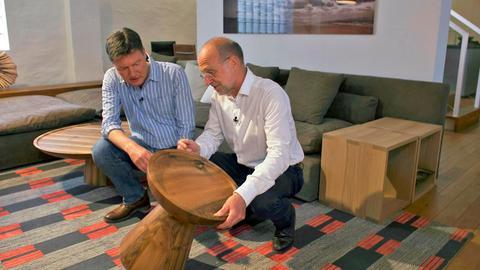 """Dieter Voss (links) und Dieter Lange von der Möbel-Designfirma Lange in Kelkheim am Hocker """"Gral"""", den man auch als Tischchen verwenden kann."""