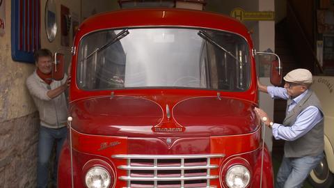 Oldtimer-Liebhaber Herbert Spross mit seinem Fiat-Bus