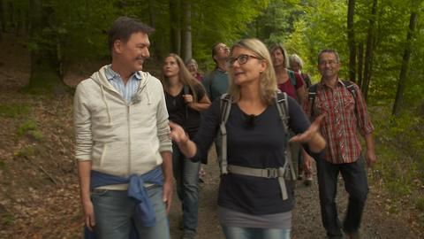 Dieter Voss mit Naturpädagogin Tanja Keßler beim Wandern durch den Wald