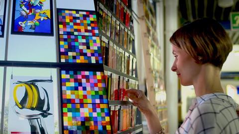 Glaskünstlerin vor ihrer Arbeit