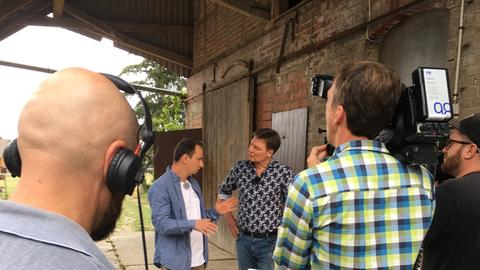 Viktor Braun erklärt Dieter Voss worauf man bei der Pilzzucht achten muss