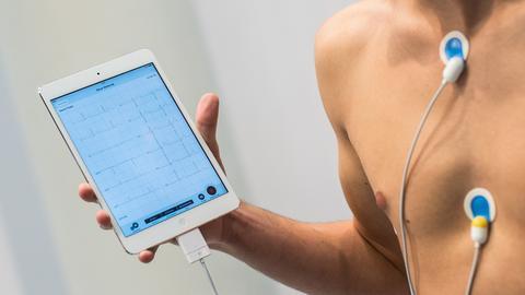 Ein Mann überwacht seinen Herzschlag mit einem Tablet