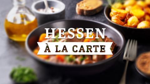 Das Hessen a la Carte - Logo vor einem gedeckten Tisch