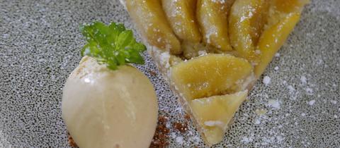 Apfeltarte mit Vanillesoße und Karamell-Eis