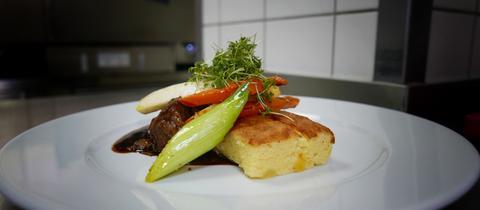 Bäckchen und Kartoffelsouffle mit sautiertem Gemüse
