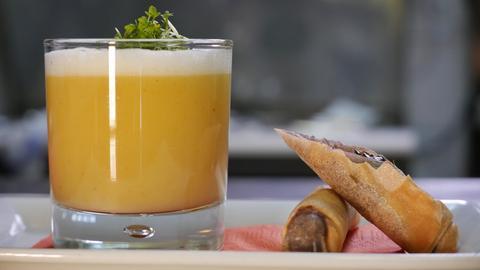 Kartoffelsuppe im Glas mit lila Kartoffel-Blutwurst-Zigarre