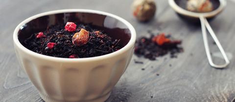 schwarzer Tee mit getrockneten Früchten.
