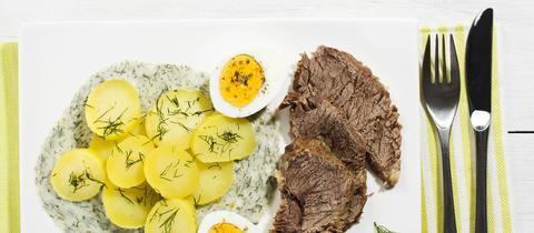 hac - gekochtes Rinderfleisch mit Kartoffeln und grüner Soße