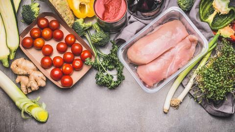 Hühnchenbrust und Gemüse und Gewürze