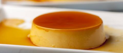 Der Karamell-Pudding auf einem Teller.