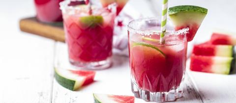 Wassermelonen Cocktail mit Limette und Melonenstückchen.