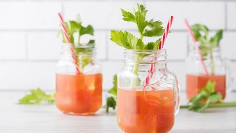Drei Gläser Bloody Mary mit Sellerie-Stangen.