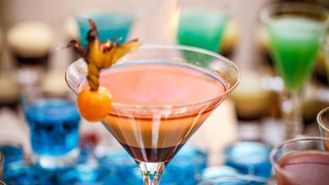 Ein brauner Drink in einem Martini-Glas.