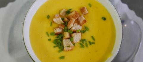 Kartoffel-Kürbis-Suppe in einer Schale