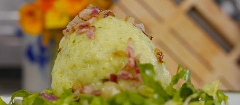 Kartoffel-Hack-Knödel auf Endivien-Salat