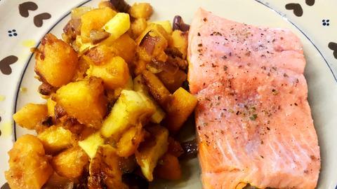Kürbis-Apfel-Gemüse mit Lachsforelle auf einem Teller angerichtet.