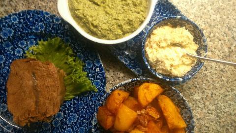 Gekochtes Rindfleisch mit Bratkartoffeln, Meerrettich und grüner Soße