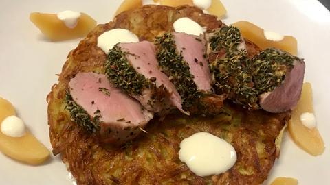 Schweinefilet unter der Waldkräuterkruste auf Kartoffelrösti mit Quitten und saure Sahne-Dip.