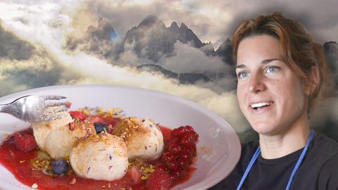Die Köchin der Zwetschgenknödel mit dem Teller vor den Bergen Südtirols