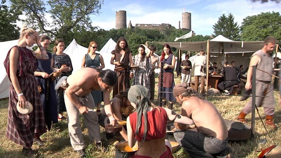 Bis auf die Burg im Hintergrund: Kein Mittelalter weit und breit … Foto (c) HR.
