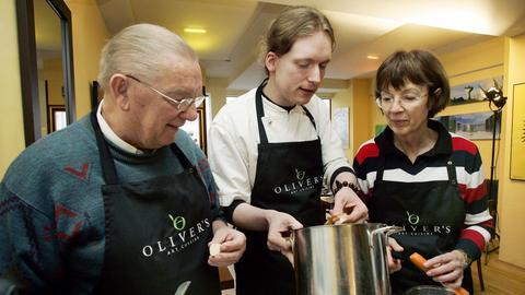 Oliver Schneider kocht mit Senioren