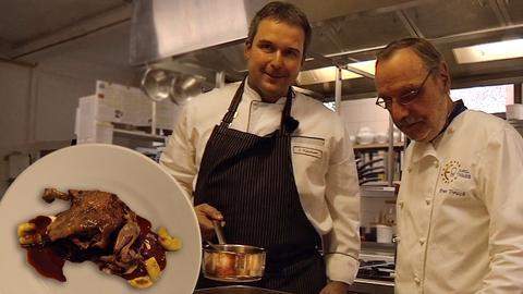 Zwei Köche kochen Entenkeule