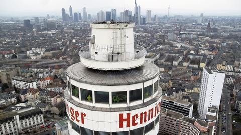 Blick auf den Henninger Turm kurz vor dem Abbruch