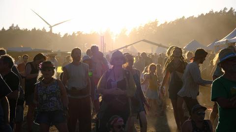 Festivalbesucher tanzen in der Sonne