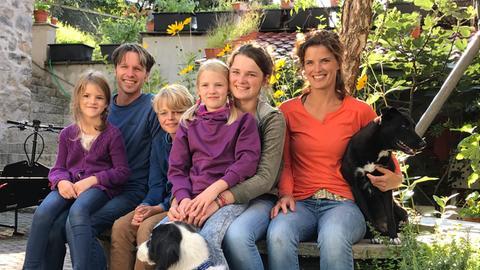 Familie Steingässer von links nach rechts: Frieda, Jens (Vater), Mio,Hannah (auf dem Schoß), Paula und Jana (Mutter)