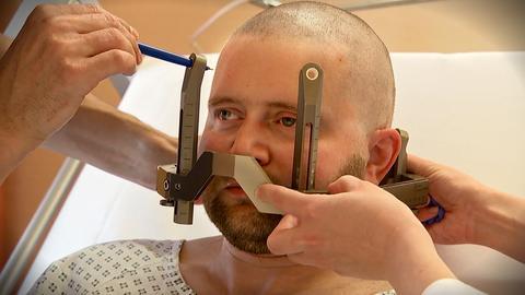 Pakinson-Patient Dominik Key während einer Behandlung, bei dem das Gesicht ausgemessen wird.