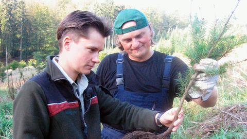 Die Försterin Iris Beisheim beim Pflanzen von Douglasien im Seulingswald, ihrem Revier, zusammen mit einem Forstmitarbeiter.