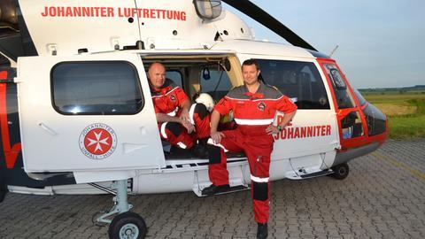 """Rettungsassistent Olaf Peréz-Preiß und Pilot Sven Brückner mit dem Notfallhubschrauber """"Christoph Gießen""""."""