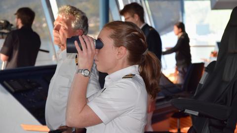 """""""Frau Kapitän"""" Nicole Langosch (im Vordergrund) ist Deutschlands erste Kreuzfahrtkapitänin."""