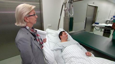 Qualitätsmanagerin Edith Beyer (links) ist dafür verantwortlich, alle Arbeitsabläufe im Krankenhaus zu kontrollieren und ständig zu optimieren.