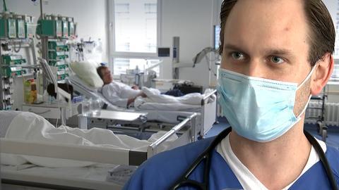 Ein Arzt in einem Patientenzimmer auf der Intensivstation