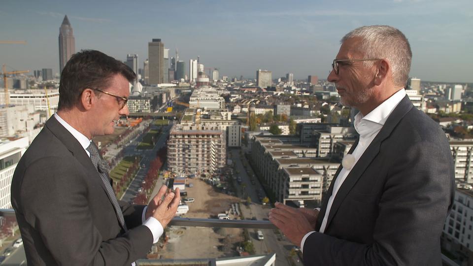 """Mieten unbezahlbar -  Eric Menges (links), Geschäftsführer der FrankfurtRheinMain GmbH, und Rainer Ballwanz, Immobilienunternehmer, auf dem Gebäude """"Praedium"""" im Frankfurter Europaviertel."""