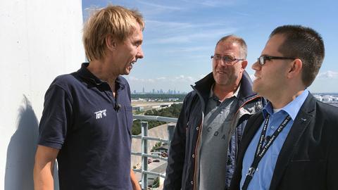 Ulrich Forchheim (links), Prüfer vom TÜV Hessen, mit Mitarbeitern der Deutschen Flugsicherung (DFS).