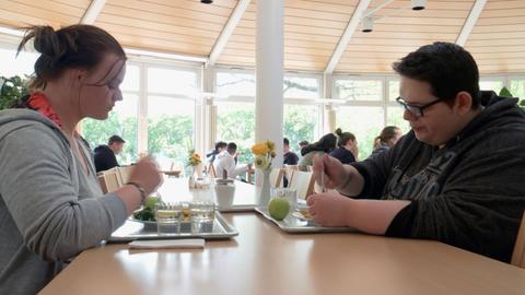 Michelle Fiegler und Jean Piere Isidoro wollen in der Spessartklinik im hessischen Bad Orb die überflüssigen Pfunde loswerden.