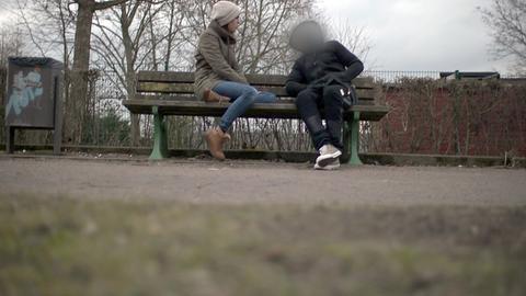 Die Filmautorin Sara Bhatti (links) im Gespräch mit einem Menschen, der sich illegal in Deutschland aufhält.