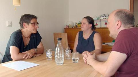 Jugendamtsmitarbeiterin im Gespräch mit Pflegeeltern