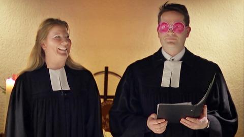 Pfarrer Felipe Blanco Wißmann und Pfarrerin Yvonne Blanco Wißmann während eines Gottesdienst