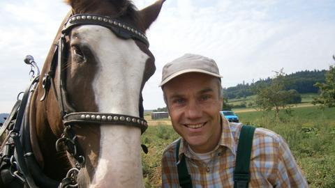 Der mit seinen beiden Kaltblütern heißt Günter Hufmann, Gemüsebauer in Oberellenbach. Seine Pferde heißen Ramón und Paigrette.