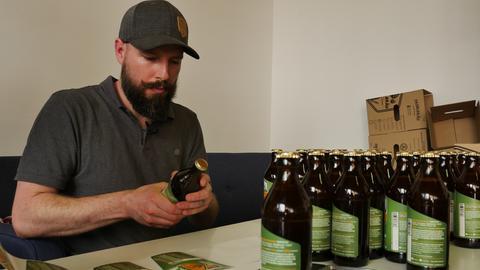 Andy Wohlsperger beklebt seine Bierflaschen