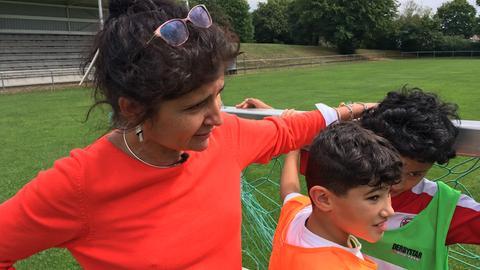Die Quartiersmanagerin Adriana Oliviera beim Fußballtraining mit Kindern aus dem Viertel