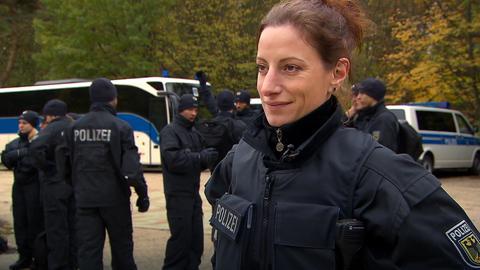 Lehrgruppenleiterin Kathrin Schall mit ihren Polizeischülern.